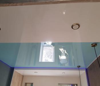 Потолок глянцевый голубой в прихожу