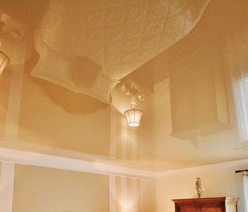 Потолок бежевый спальня цвет глянец