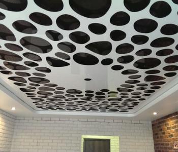 Резной натяжной потолок белый