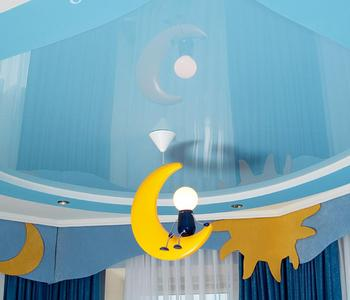 Натяжной глянцевый потолок в детскую