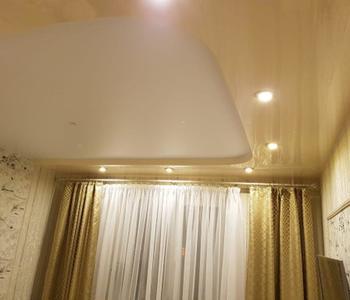 Потолок глянец в гостиную бежевый