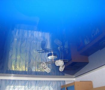 Натяжной потолок гостинная глянцевый