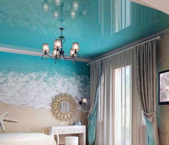 Потолок глянцевый голубой в спальнню