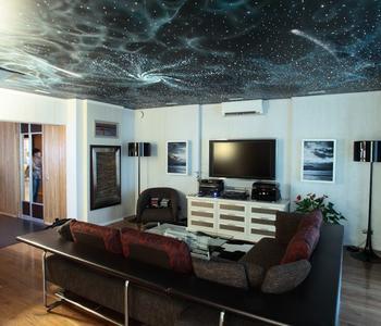 Натяжной потолок звёздное небо гостиная