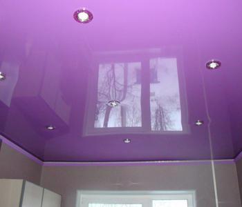 Сиреневый потолок кухня глянец