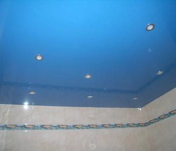 Глянцевый потолок голубой в ванну