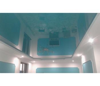 Глянцевый потолок голубой в коридор