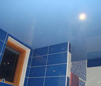 Глянцевый потолок голубой для ванной комнаты
