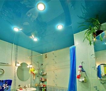 Глянцевый потолок голубой в ванную комнату