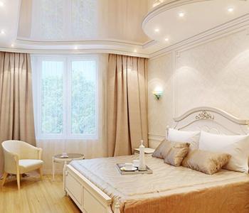 Спальня потолок глянец бежевый