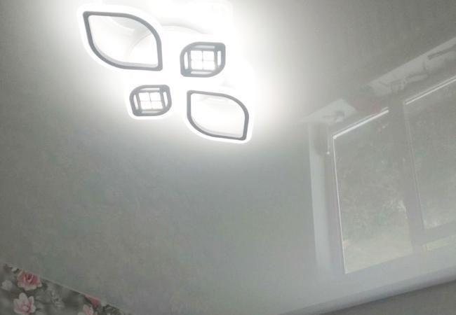 Натяжной потолок с круглым светильником в детской комнате в Сморгони