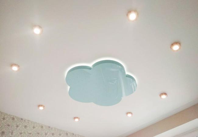 Двухуровневый потолок с контурной подсветкой в детскую в Узде