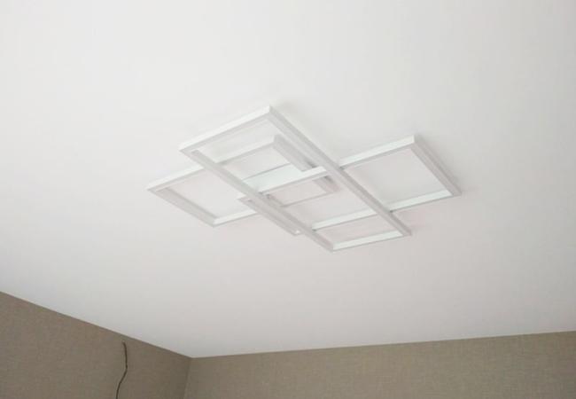 Натяжной потолок с круглым светильником в детской для девочки в Узде