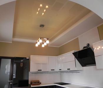 Потолок глянцевый бежевый на куххню