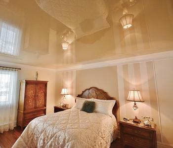 Спальня потолок  бежевый