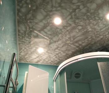 Натяжной потолок в ванне