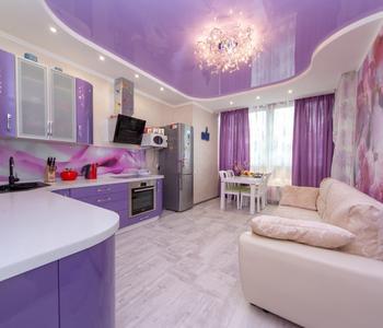 Сиреневый потолок на кухне глянцевый