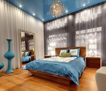 Потолок глянцевый спальня