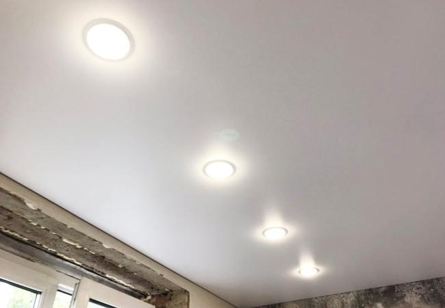 Теневой потолок с квадратными светильниками в зале в Сморгони