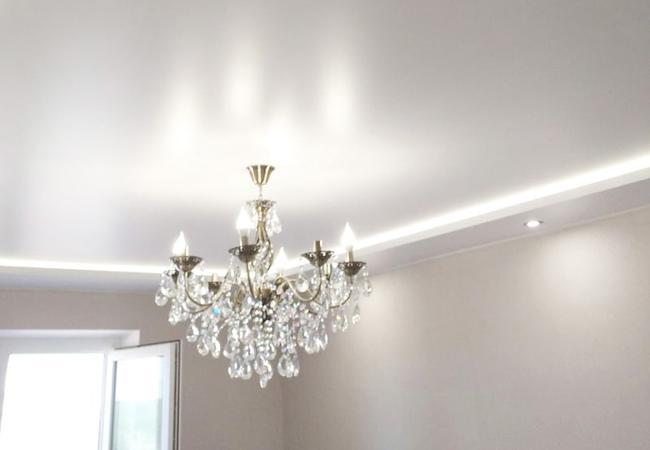 Двухуровневый потолок с дополнительной подсветкой в зал в Узде