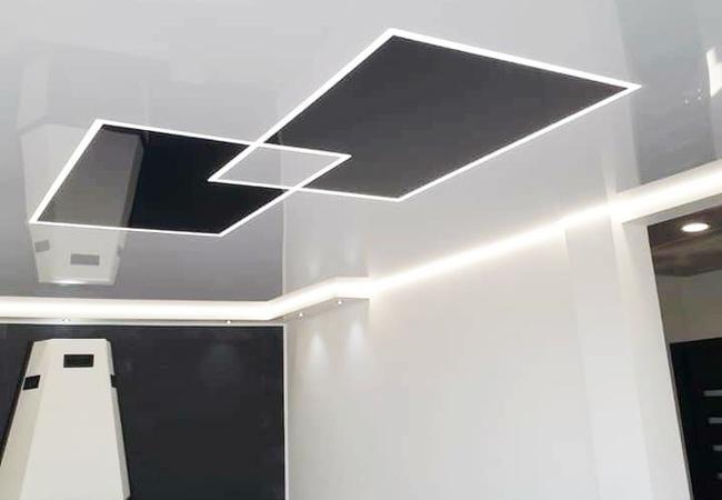 Натяжной потолок со световыми линиями в гостиной в Сморгони