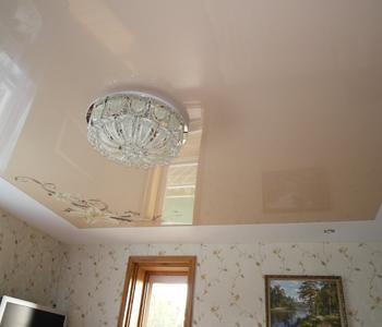 Потолок глянец в гостиную
