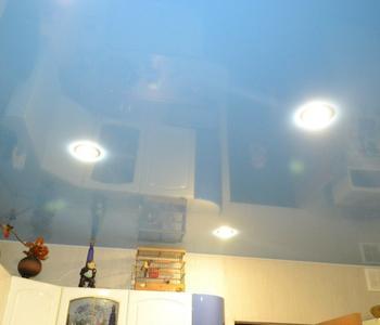 Голубой потолок на кухню глянцевый