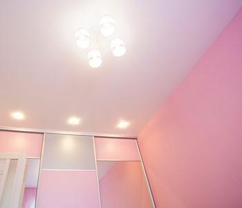 Натяжной потолок бежевый сатин