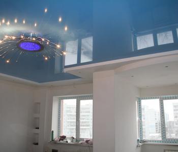 Натяжной глянцевый потолок гостинная