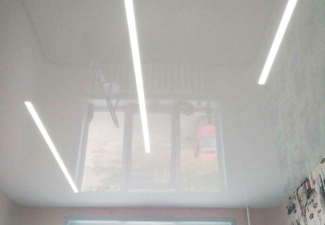 Натяжной потолок с парящими линиями в кухне в Сморгони