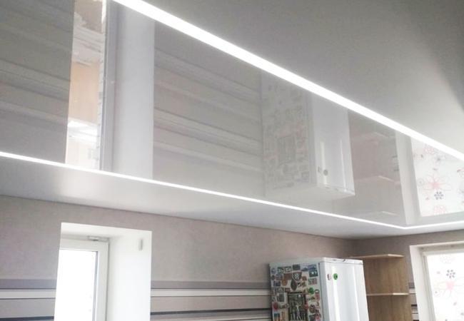 Натяжной потолок с парящими световыми линиями в кухню в Сморгони