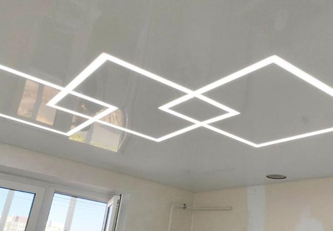 Натяжной потолок с парящими световыми линиями в кухню в Узде