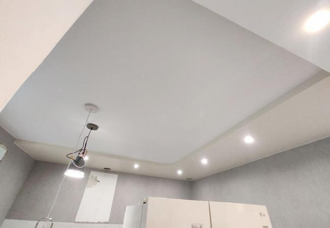 Двухуровневый натяжной потолок для кухни в Узде