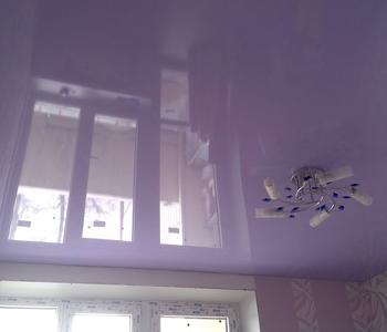 Глянцевый потолок серенвый