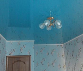 Натяжной потолок глянцевый в спальню