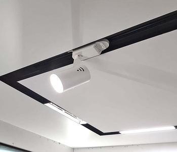 Натяжной потолок белый со светильниками