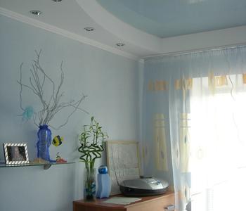 Натяжной потолок глянцевый в спальню комнату