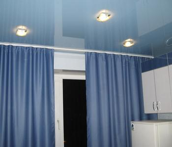 Потолок на кухню глянцевый