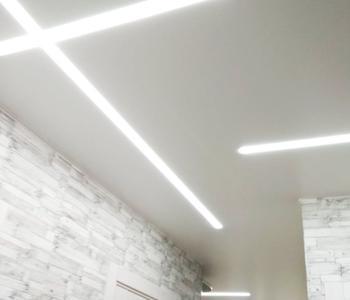 Натяжной потолок световые линии