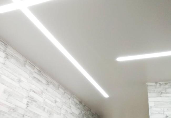 Натяжной потолок со световыми линиями в прихожую в Сморгони