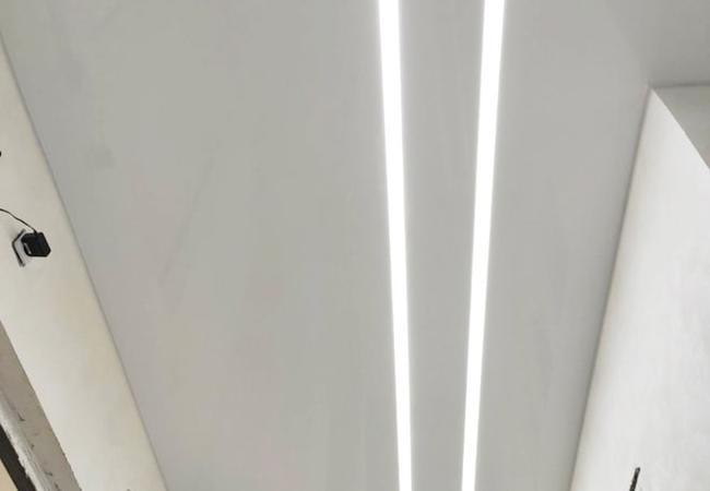 Натяжной потолок со световыми полосами для коридора в Сморгони