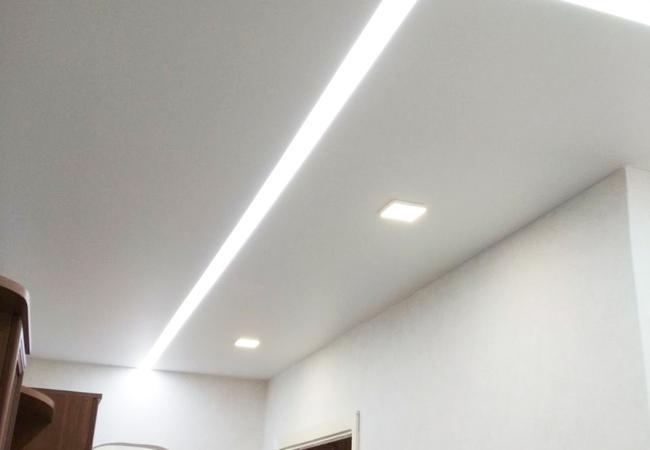 Натяжной потолок со светолиниями в прихожей в Сморгони