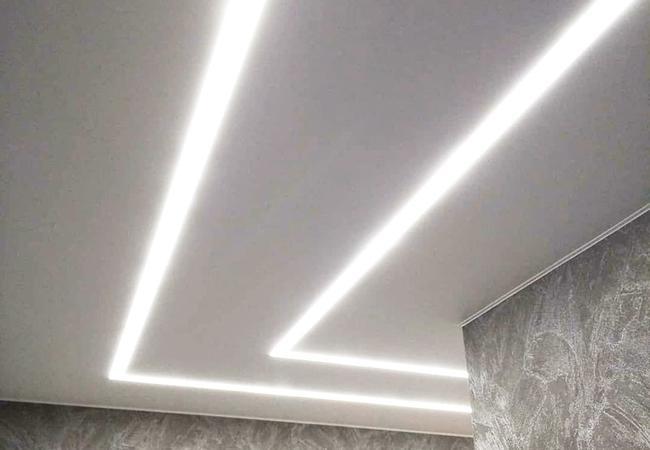 Натяжной потолок со световыми полосами в коридоре в Узде