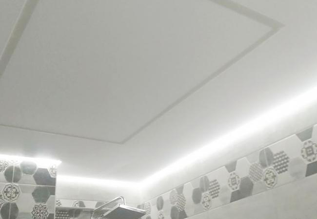 Парящий потолок со световыми линиями в ванной и туалете в Узде