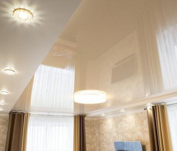 Потолок в гостиная  бежевый потолок