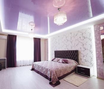 Сиреневый потолок  глянцевый спальня