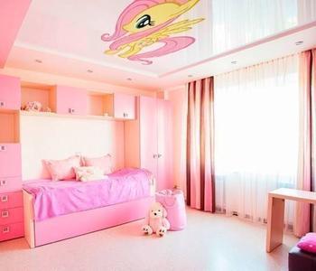 Натяжной потолок розовый глянцевый
