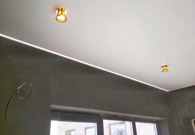 Парящий потолок со световыми линиями для спальним в Сморгони