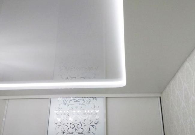 Двухуровневый потолок со светодиодной подсветкой в спальне в Сморгони