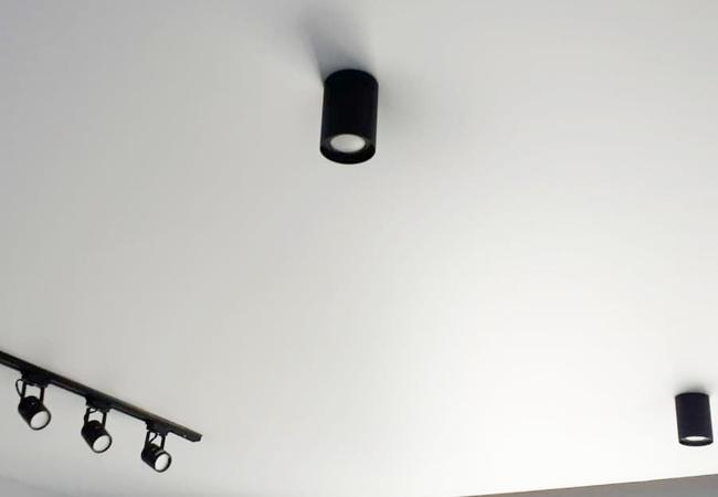 Натяжной потолок со светодиодными светильниками в спальне в Узде